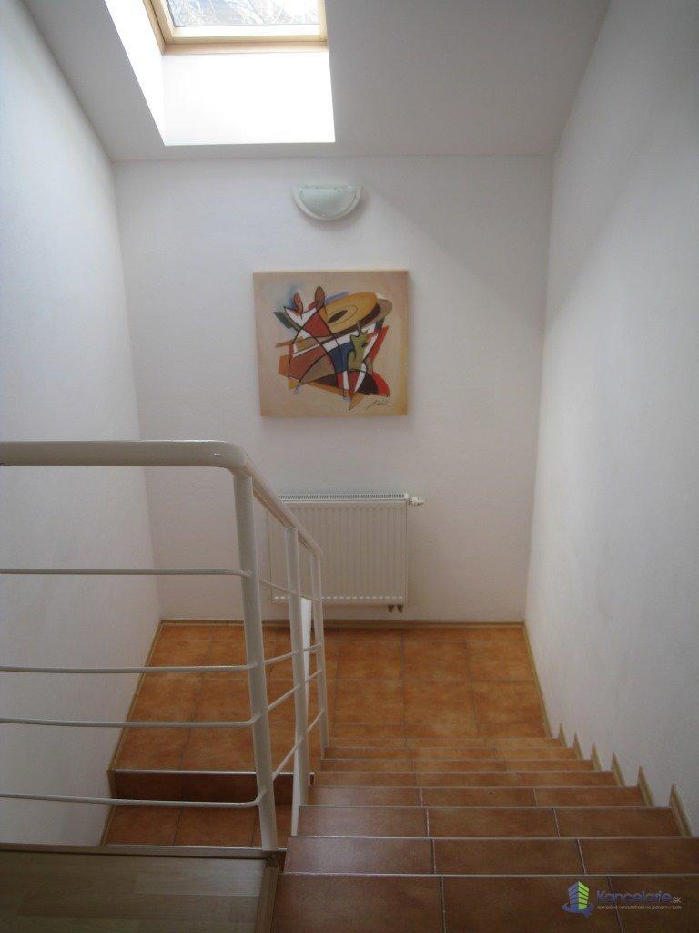 Kancelárie, Podkrovná kancelária  vhodná pre 1-2 os., Pluhova 42, Bratislava